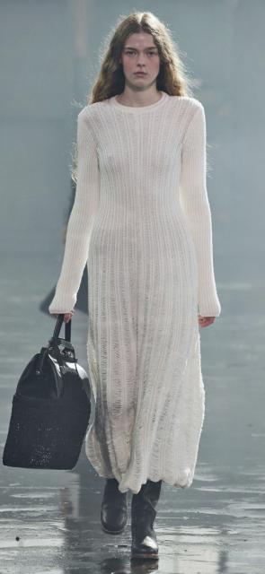 Minimalista. La diseñadora uruguaya Gabriela Hearst, ampliamente conocida por hacer de la sostenibilidad un lujo y por promover un consumo responsable, propuso en esta oportunidad una silueta de cortes minimalistas y una paleta de colores que, aunque limitada, deja claro que la simpleza en el vestir seguirá acaparando las miradas.