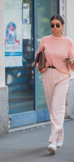Tonos pasteles. Las tonalidades más sutiles como el rosa, el amarillo, el verde y el azul, en sus claves más pasteles por supuesto, están liderando las principales pasarelas. Sugerimos utilizarlas en todo tipo de prendas como blusas, pantalones y accesorios y combinarlas entre sí.