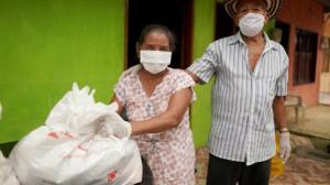Dos campesinos con ayuda entregada por la Gobernación de Bolívar.