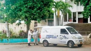 Trabajadores de una funeraria llegan al cementeriopara inhumar el cuerpo de una persona.