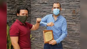 Oliver Pérez, fundador de Dead Monkey, junto al secretario TIC, Camilo Cepeda.
