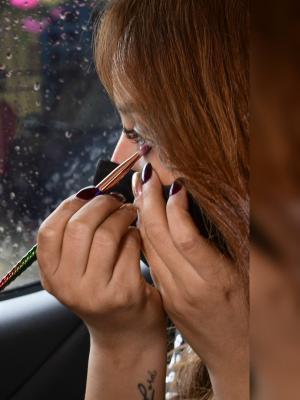 Las paradas en los semáforos en rojo son esenciales para realizar el maquillaje con tranquilidad.