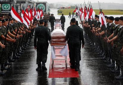 Llegada al aeropuerto de Chapecó de los feretros de las víctimas del accidente aéreo.