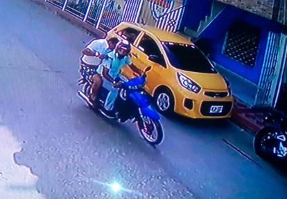 Los dos criminales armados fueron grabados por cámaras de seguridad del sector.