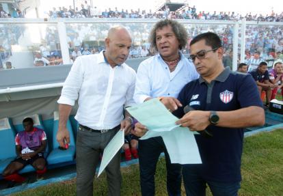 El técnico Alberto Gamero junto a su asistente, el 'Chusco' Sierra, y el gerente deportivo, Héctor Fabio Báez.