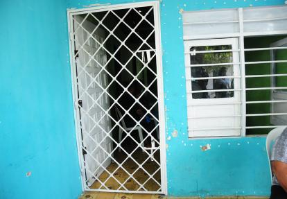 A la entrada de la casa de los Calderón Díaz aún hay huecos de los disparos que no acertaron en la víctima.