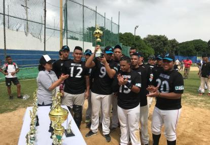 Los peloteros de la Águilas celebrando su campeonato.