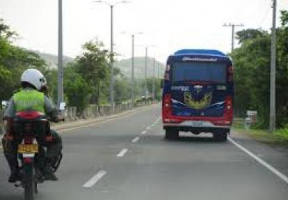 Policías custodian un bus intermunicipal.