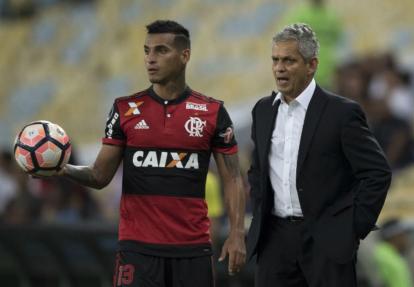 Rueda dando indicaciones en un juego del Flamengo.