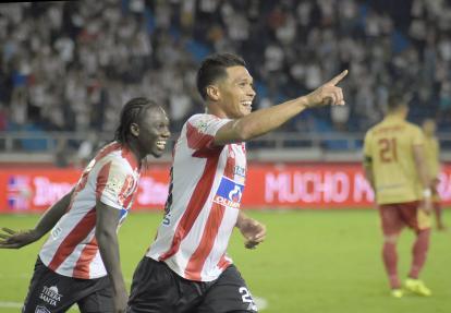 Teófilo Gutiérrez celebra junto a Yimmi Chará el tanto que le marcó a las Águilas.