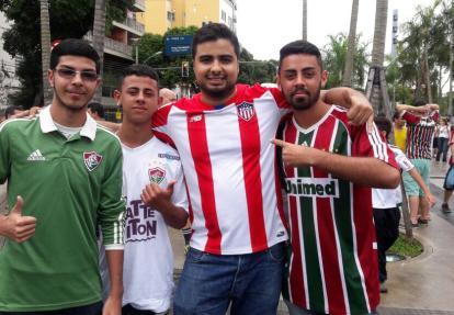 El guajiro José Vergara, hincha de Junior, con tres torcedores del Fluminense, en las afueras del Maracaná.