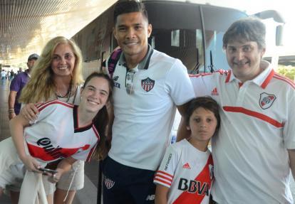Francisco Vicio y su familia posan para una fotografía junto a Teo en Cartagena.