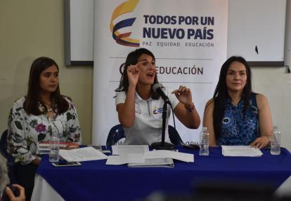 La ministra de Educación, Yaneth Giha (centro), durante la rueda de prensa. A su izquierda, la delegada del despacho, Adriana Colmenares, y a su derecha, la inspectora 'in situ' Martha Lorena Sánchez.