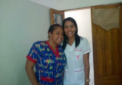 Yeudith Martínez Mejía (izquierda) al lado de la médica Cindy De la Hoz. La foto fue tomada en 2013 en el hospital de Cicuco (Bolívar).