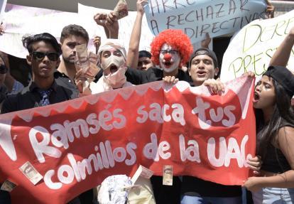 Estudiantes de la Facultad de Ciencias Sociales protestaron con pancartas y billetes falsos.