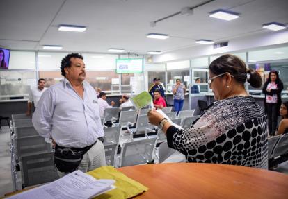 Funcionaria del Distrito revisa la oferta de Pérez.
