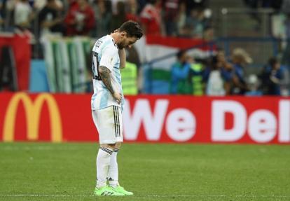 Lio Messi impotente en plena cancha.