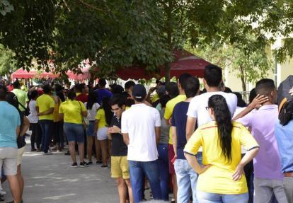 Aficionados haciendo filas para comprar una boleta en el estadio Romelio Martínez.