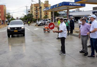 El alcalde Alejandro Char con una señal de tránsito.