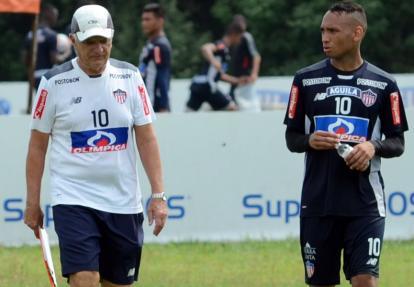 El técnico Julio Avelino Comesaña y el volante samario Jarlan Barrera.