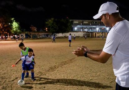 Wilson Acosta, padre de familia, acompañando y apoyando a su hijo, Julián, en una de las clases que recibe semanalmente en la escuela de fútbol Neogranadinos.