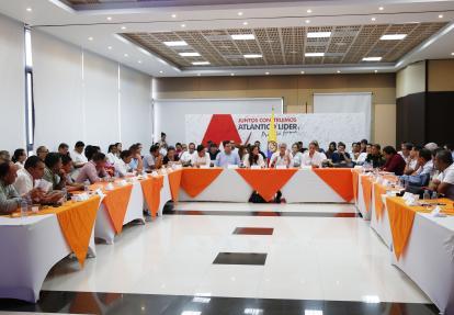 La consejera para las Regiones en la reunión con el gobernador y los mandatarios municipales.