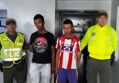 Los dos capturados en la foto de reseña policial.