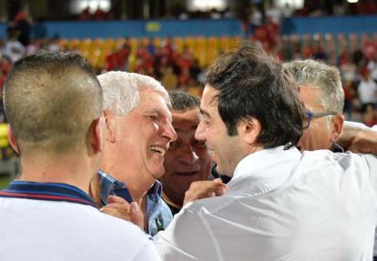 El técnico Julio Comesaña junto a Antonio Char.
