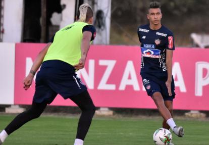 Cantillo domina el balón ante la mirada de Rangel.