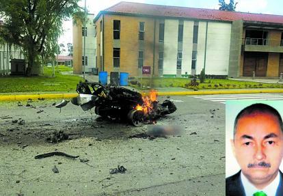 El vehículo Nissan, luego de estallar en el interior de la Escuela de Cadetes General Santander de Bogotá. José Aldemar Rojas Rodríguez, de 56 años.