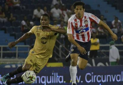 El chileno Matías Fernández controla el balón ante la mirada del centrocampista Francisco Rodríguez.