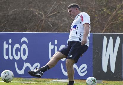 El técnico Suárez durante la práctica del martes.