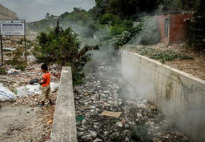 Desechos y basuras dentro del arroyo Don Juan.