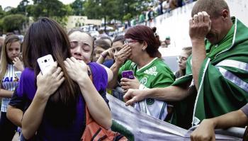 Aficionados del Chapecoense lloran en el estadio Arena Condá, donde se dieron cita.