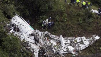 En helicópteros evacuaron ayer los cuerpos de las personas que perdieron la vida. en el accidente aéreo.