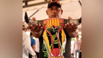 Fernando Padilla, artesano del Atlántico, con una de sus máscaras de exportación.