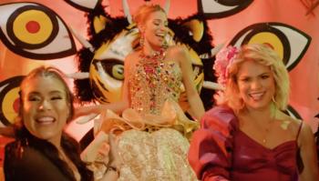 Adriana Lucía y Karen Lizarazo acompañan a la reina en el video.