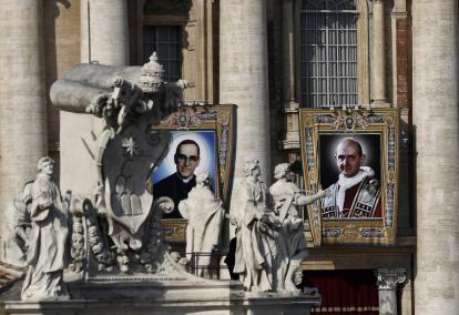 Las imágenes de monseñor Óscar Romero y de papa Pablo VI se exhibieron en la Plaza de San Pedro.