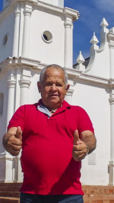 Bonifacio Martínez a sus 67 años, en la iglesia de la plaza principal de su natal Soledad.