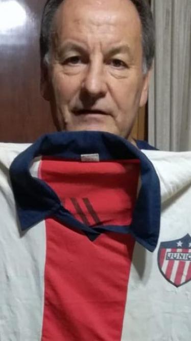 El argentino Roberto Gasparini todavía conserva la camiseta 10 con la que jugó en Junior durante 1985.