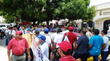 """Plantón de trabajadores y pensionados  de Electricaribe para exigir """"garantías"""""""