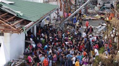 Miles de personas deambulan en Tacloban en busca de ayuda