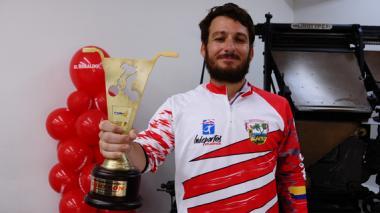 Érik Alzamora enseña su trofeo de campeón de bicicrós.