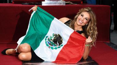 Thalía recibe emocionada su estrella en el Paseo de la Fama de Hollywood