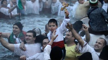 Búlgaros celebran la Epifanía en aguas gélidas
