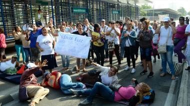 Madres comunitarias de Icbf bloquean sede en Barranquilla
