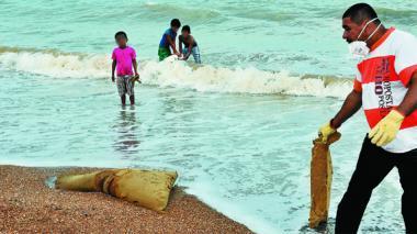 """""""En las playas de Marbella hay hasta perros muertos y colchones"""": residentes"""