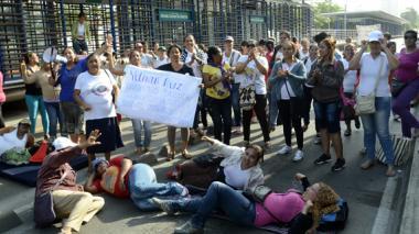 Las madres comunitarias bloquearon la carrera 46 con calle 61, frente al ICBF, afectando el Transmetro.