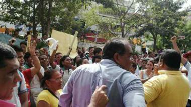 Padres de familia y estudiantes, durante la protesta en el Paseo Bolívar, frente a la Alcaldía.
