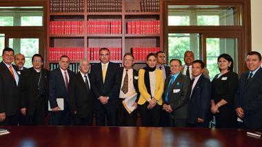 Aurelio Iragorri en compañía de los representantes de las organizaciones religiosas y otros delegados del Gobierno.